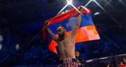 Вардан Асатрян победил азербайджанского боксера нокаутом и поднял над головой флаг Арцаха ...