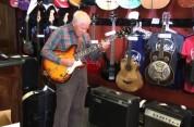 81-ամյա ծերունին որոշել է գնելուց առաջ փորձել կիթառի աշխատանքը (տեսանյութ)
