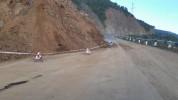 Քարաթափման հետևանքով Մեղրիի լեռնանցքում երթևեկությունն իրականացվում է ճանապարհի կողմնային ...