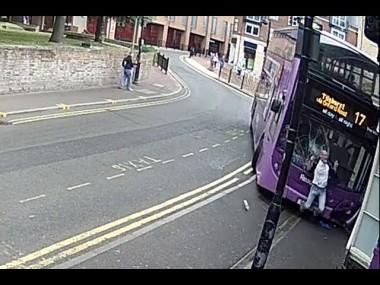 Արտառոց դեպք Բրիտանիայում. վրաերթի ենթարկվելուց անմիջապես հետո տղամարդը ոտքի է կանգնում ու փաբ մտնում (տեսանյութ)
