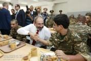 Վարչապետը զորամասում անձամբ փորձեց զինվորի սննդի որակը