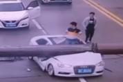 Չինացին հրաշքով է փրկվել ավտոմեքենայի վրա վերամբարձ կռունկի ընկնելուց հետո
