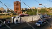 Խոշոր ավտովթար Երևանում. Mercedes մակնիշի բեռնատարը կողաշրջվել է. ճանապարհը մասամբ փակվել ...